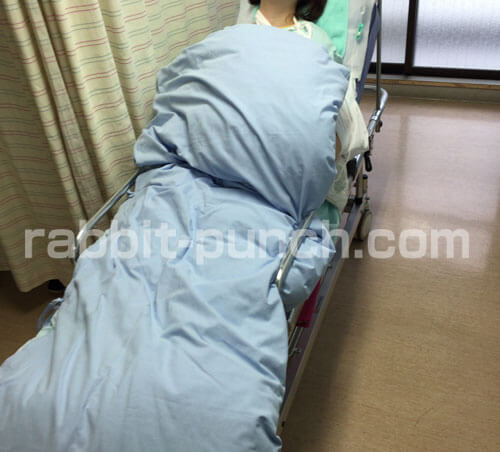 ストレッチャーで手術室に運ばれる嫁
