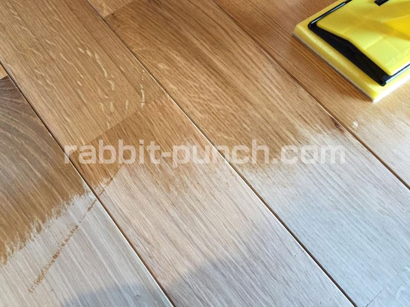 オイル塗装の手順:コテバケで薄く塗る