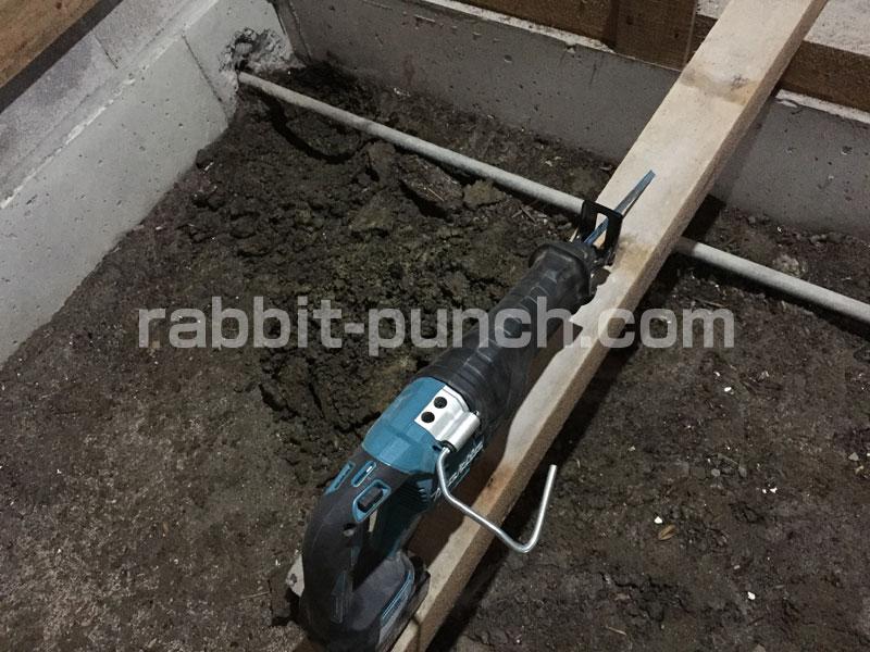 使われていない鉄配管をレシプロソーで切断