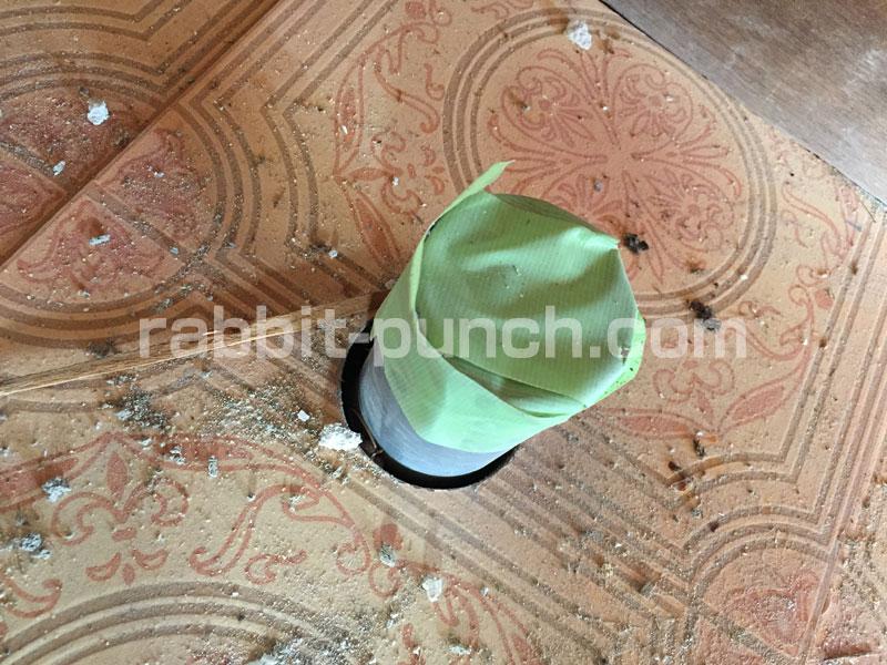 虫&臭い防止のため排水管の穴を養生テープでフタ