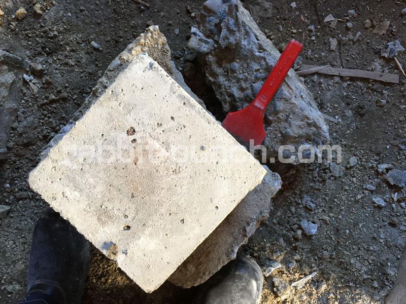 束石に付いたコンクリートを削ぎ落とす