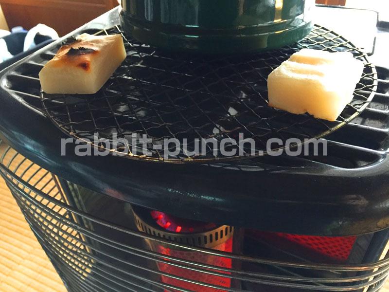 石油ストーブの上で餅を焼く