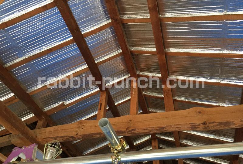 天井全面に遮熱シートを張り終えた光景
