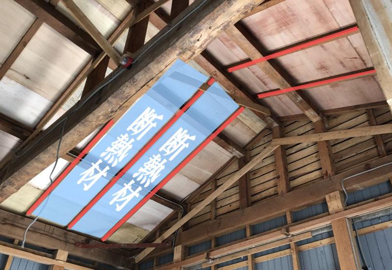 梁見せ天井は垂木の間に断熱材を施工する