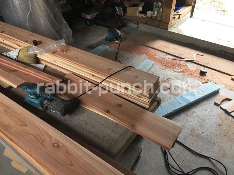 天井に貼る杉相じゃくり板を垂木幅にカット