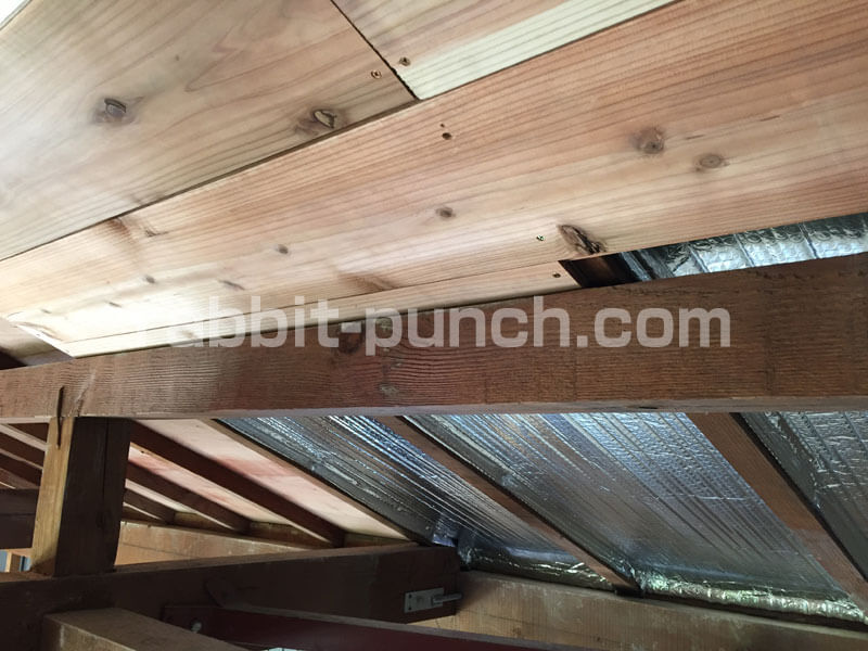 天井の羽目板の最後の一枚を調整