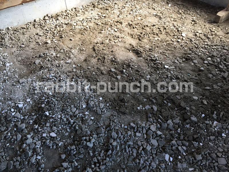 土間コンクリートの下地に解体ガラを撒く