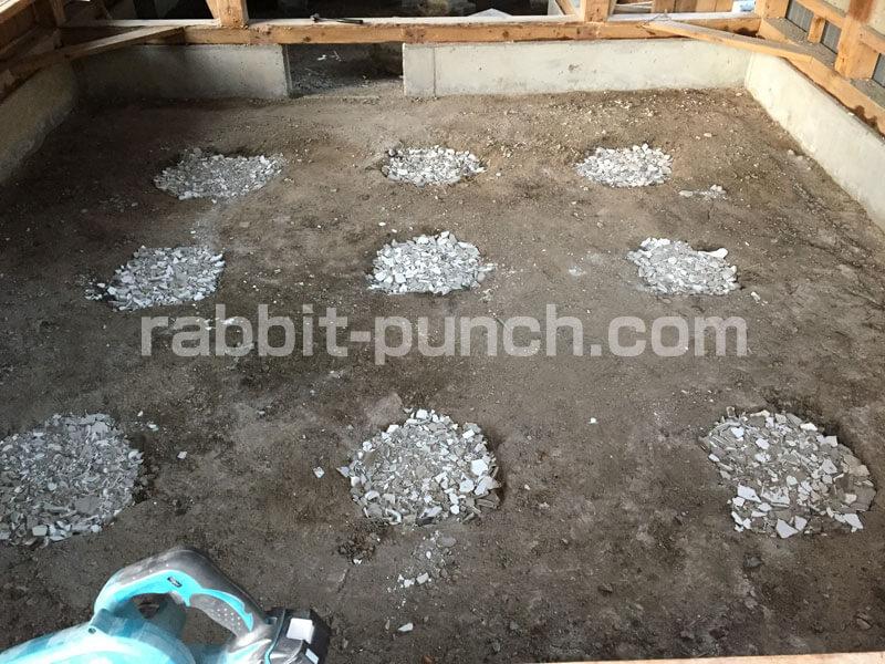 束石跡の穴をガラと砂利で埋める