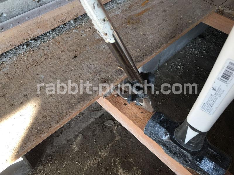荒板もバールを使ってバリバリ剥がす