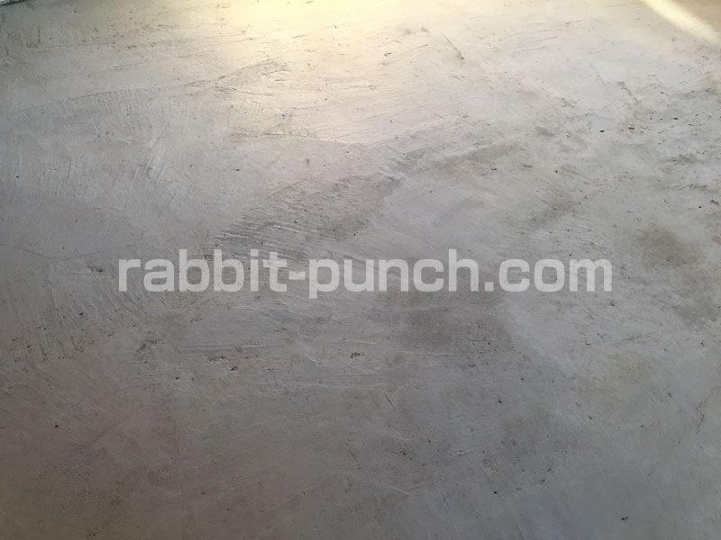乾いた土間コンクリートは白っぽくなる