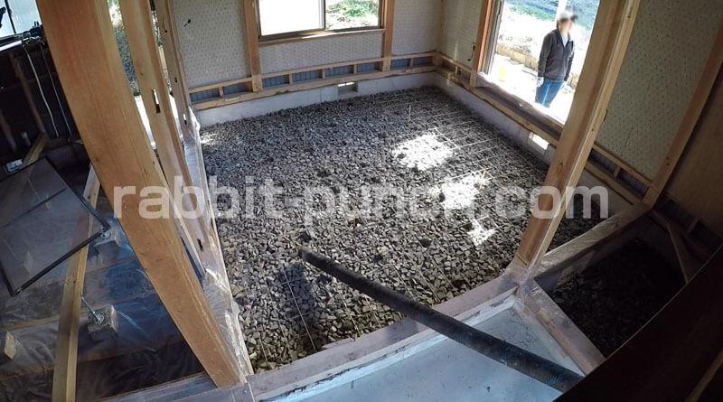 土間にポンプ車のホースが設置された