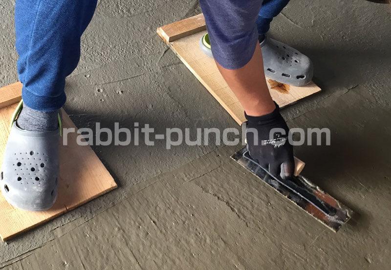 土間コンクリートのコテ仕上げはステンレス製のしなるコテを使う