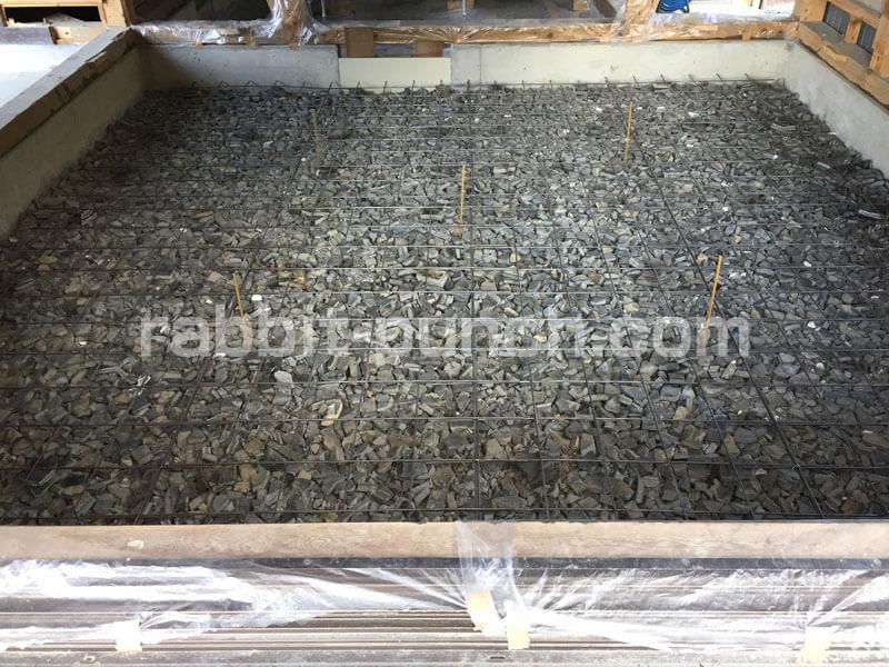 コンパネでコンクリートが床下換気口から流れないように塞ぐ