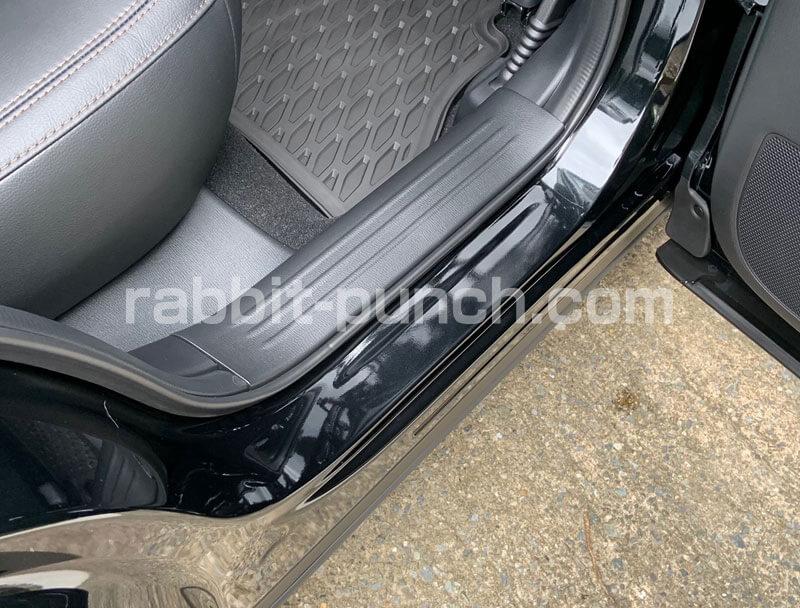 CX-5社外品パーツのスカッフプレート後部座席装着ビフォー