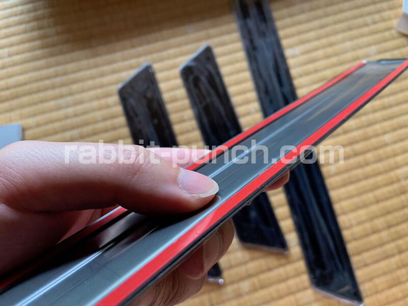 スカッフプレートの取り付け方法は両面テープで貼り付けるだけの簡単仕様