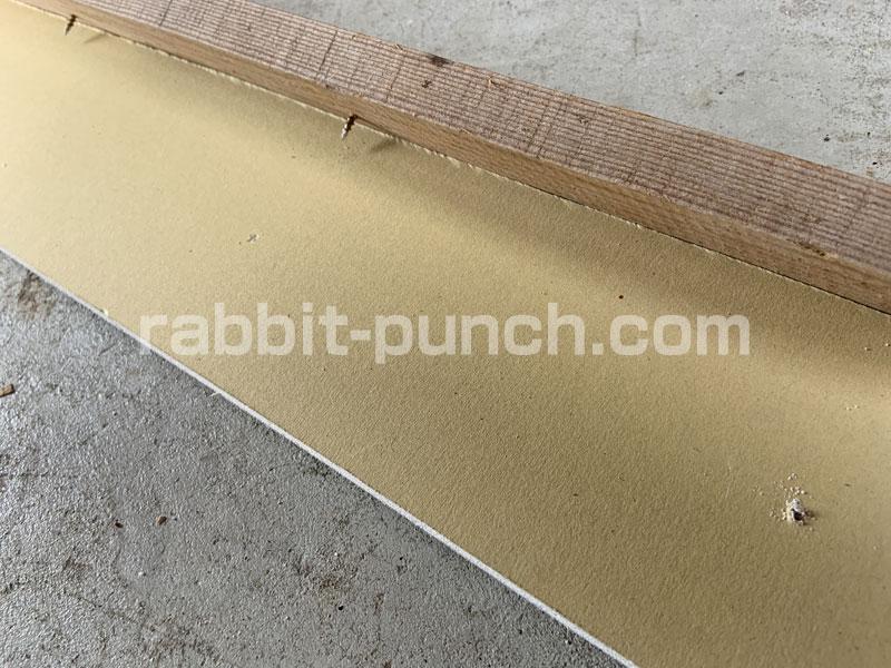 石膏ボードに15cm間隔で小さな穴が空く