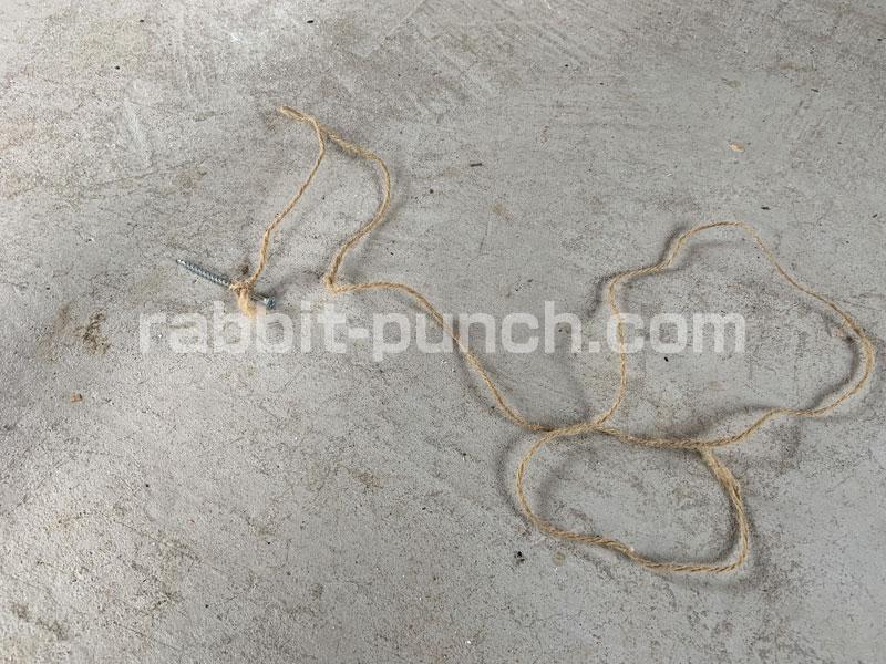 石膏ボードの垂直確認に紐とビス