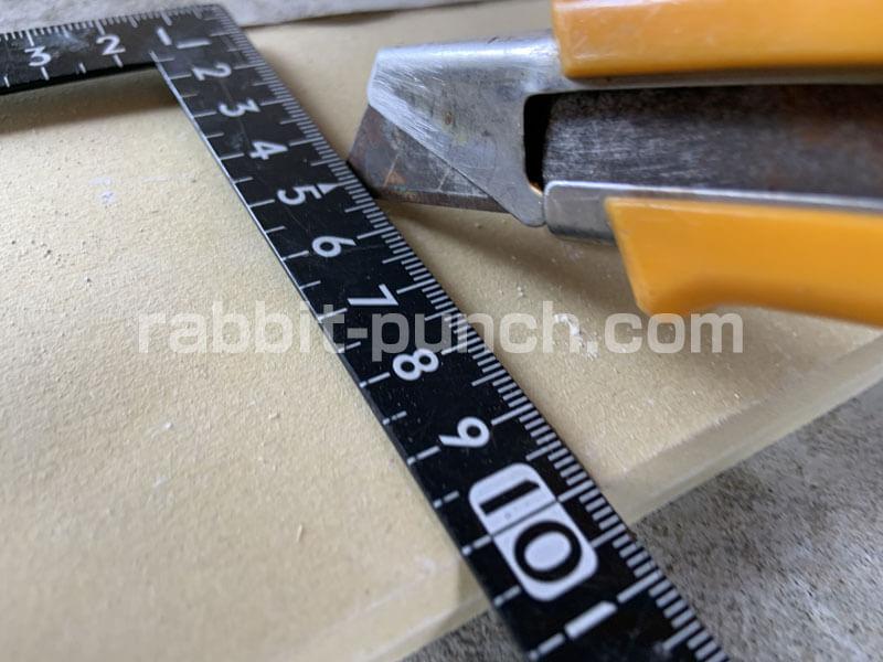 石膏ボードにカッターの刃を入れる