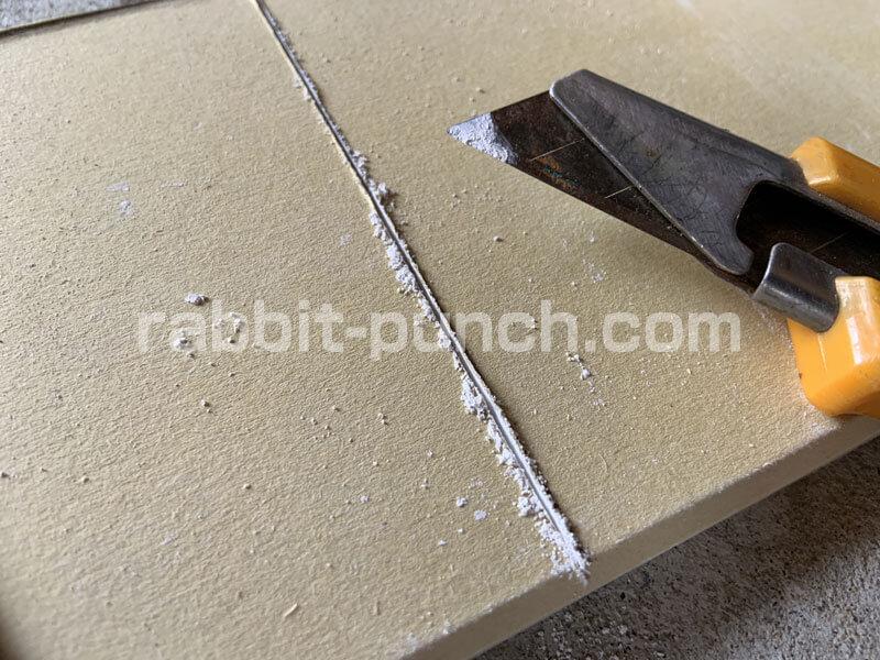石膏ボードに2〜3回切り込みを入れる