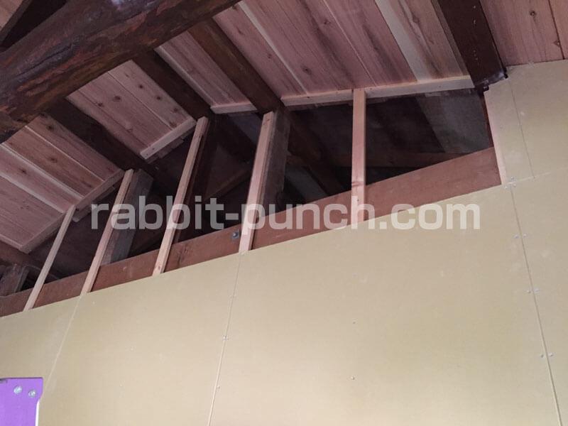 屋根の勾配に合わせて石膏ボードをカットする