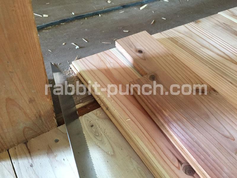 フローリング材を柱の形に合わせて加工