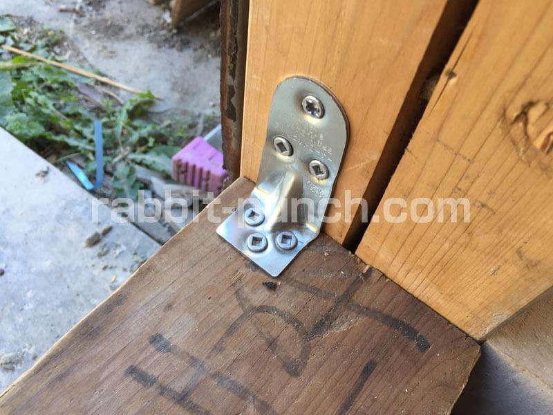 柱と土台をL字金具で固定