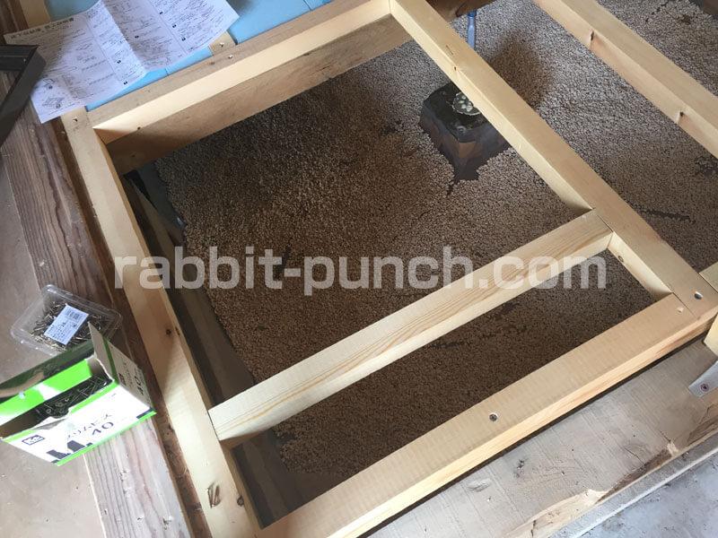 床下収納&点検口DIY:開口部にあわせて根太を組む