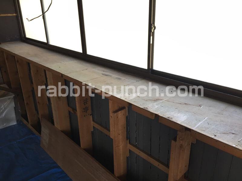 出窓の下地のベニヤ板はボロボロ