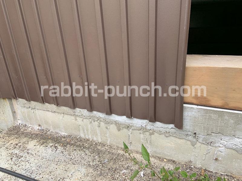 外壁トタンの下は基礎土台に釘打ち