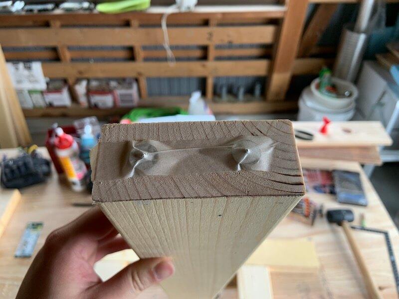 マスキングテープでダボマーカーを固定