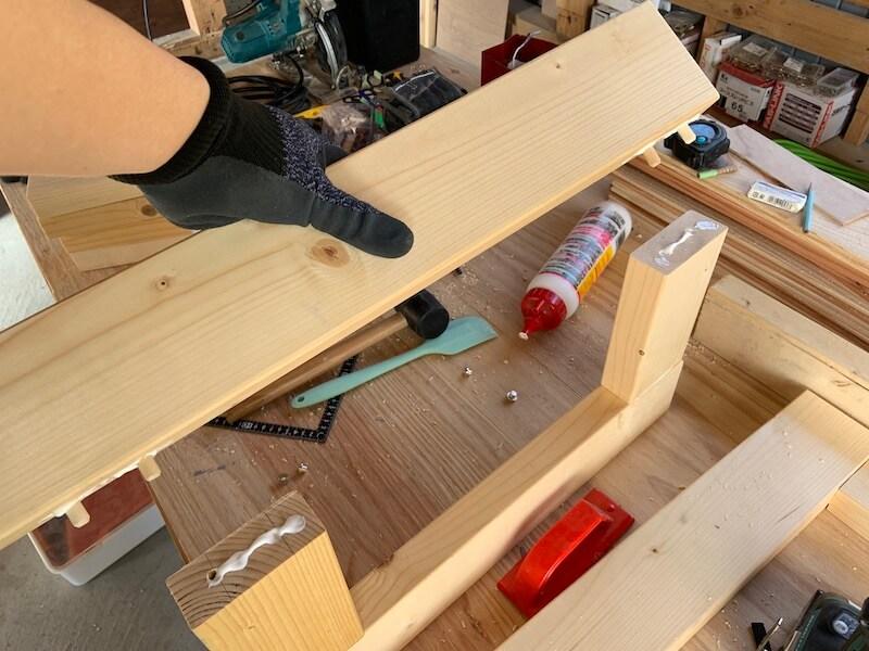 ダボ継ぎは木工用ボンドをつける