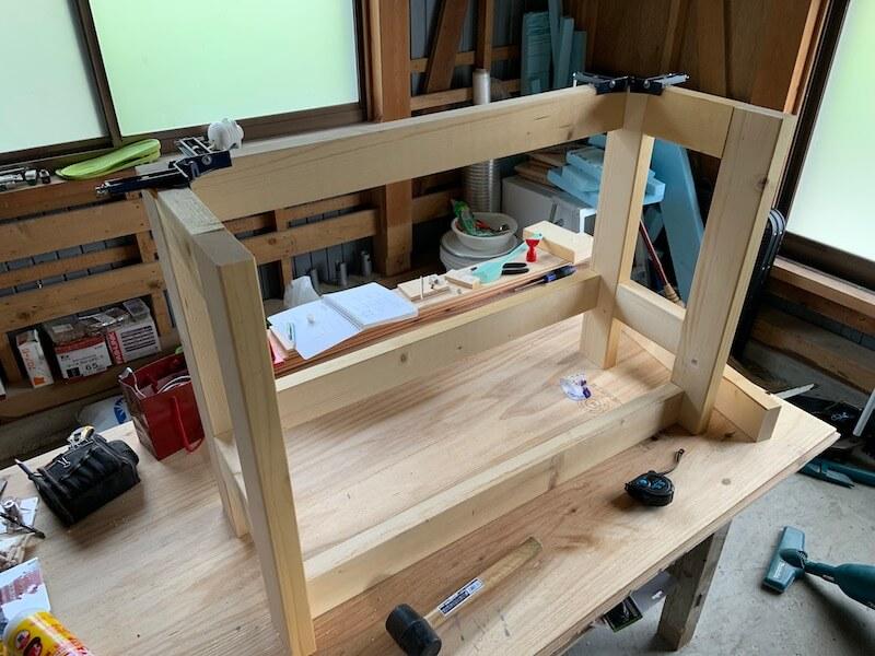 脚枠を組んで棚枠を作る