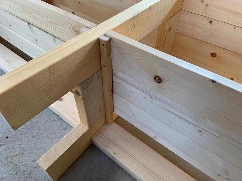 1×1材を使って棚板を固定
