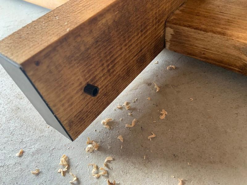 キッチン棚にダボ棚受の差込口を取り付ける